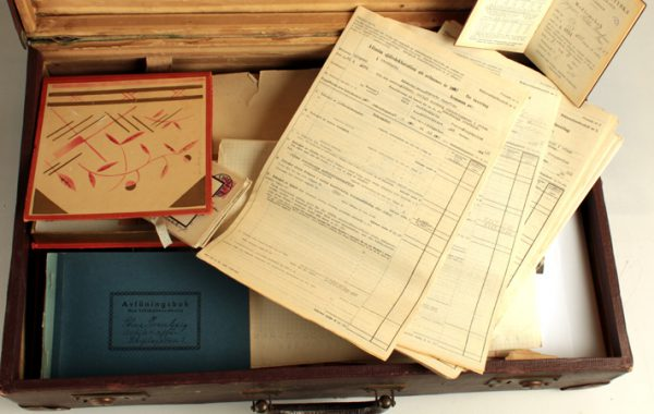 Antikvitetshandlarens koffert, 1956, Stina Swanbergs antikvitetsaffärs arkiv.