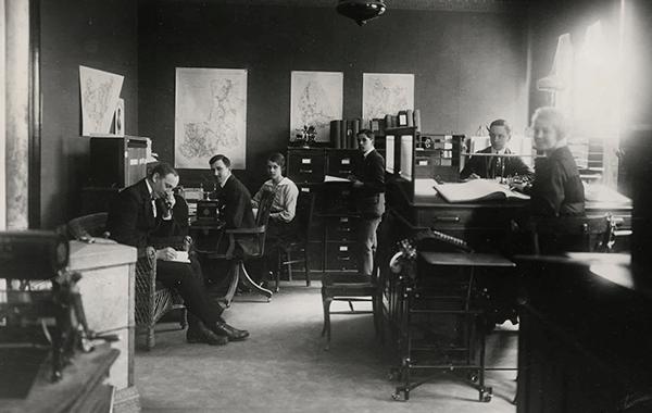 1918. Hakonbolaget öppnar kontor i Karlstad.  Från vänster till höger: Melker Swenson, Elis Göthberg, Vendla Karlström ,Karl Janson, Artur Carlsson, Helga Ljung. (Från ICAs arkiv hos Centrum för Näringslivshistoria.)