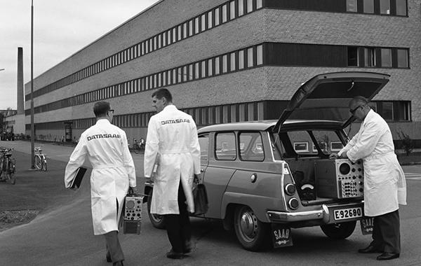 En konkurrensfördel med D21 var de serviceåtaganden som Saab gjorde och levde upp till. Här en av Saabs servicegrupper 1966. Foto: Å, Andersson. Bild ur Saab:s historiska arkiv hos Centrum för Näringslivshistoria.